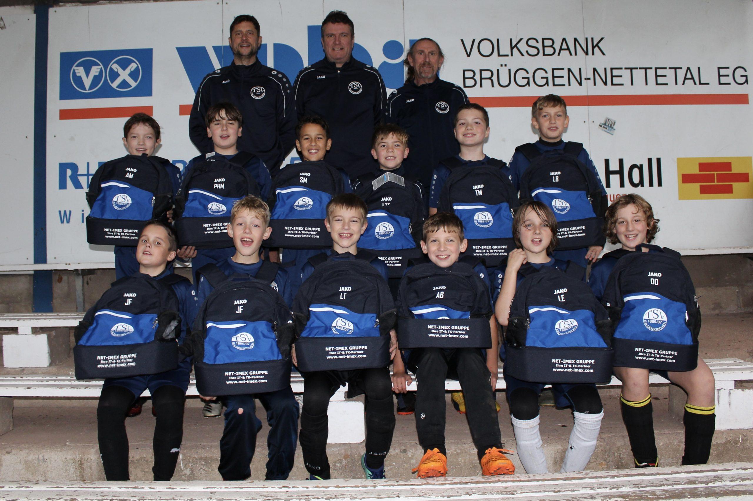 Neue Rucksäcke für die E1-Jugend des TSV